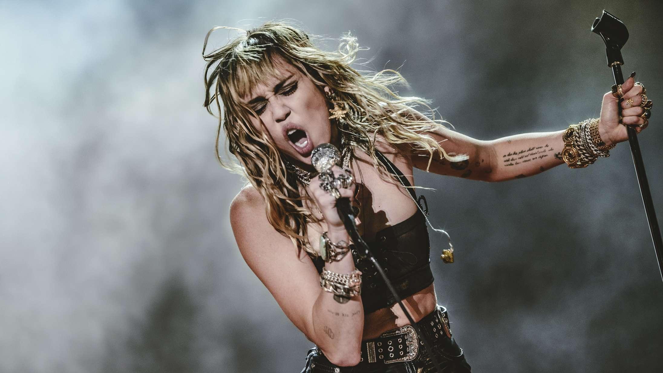 Miley Cyrus brænder mest igennem, når hun synger andre kunstneres sange – hvorfor?
