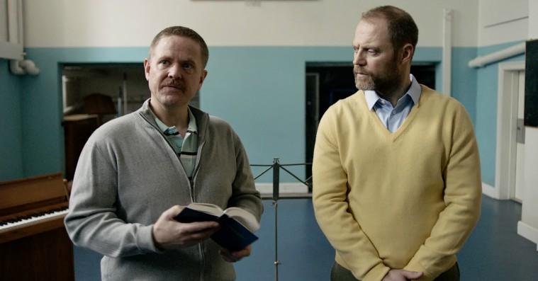 'De frivillige': Fængselskomedie med Anders Matthesen er en veltimet kæberasler