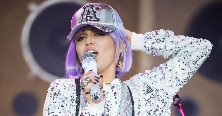 Miley Cyrus rullede det tunge skyts ud på Glastonbury – gæster, covers og 'Black Mirror'-show