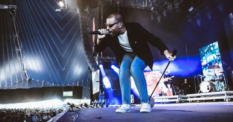 Se Hans Philip spille 'Dagdrøm [1]' på Roskilde Festival – og hør publikums vilde fællessang