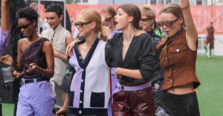 Showanmeldelse: Regndans og magtdemonstration da Ganni holdt modefest til Copenhagen Fashion Week