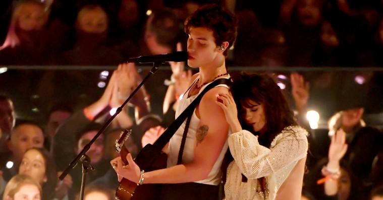 Shawn Mendes og Camila Cabello teaserkys under hed VMA-optræden
