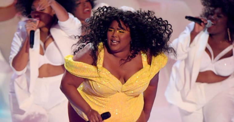 Se Lizzo spille hittet 'Truth Hurts' foran en kæmpestor røvballon til MTV VMA