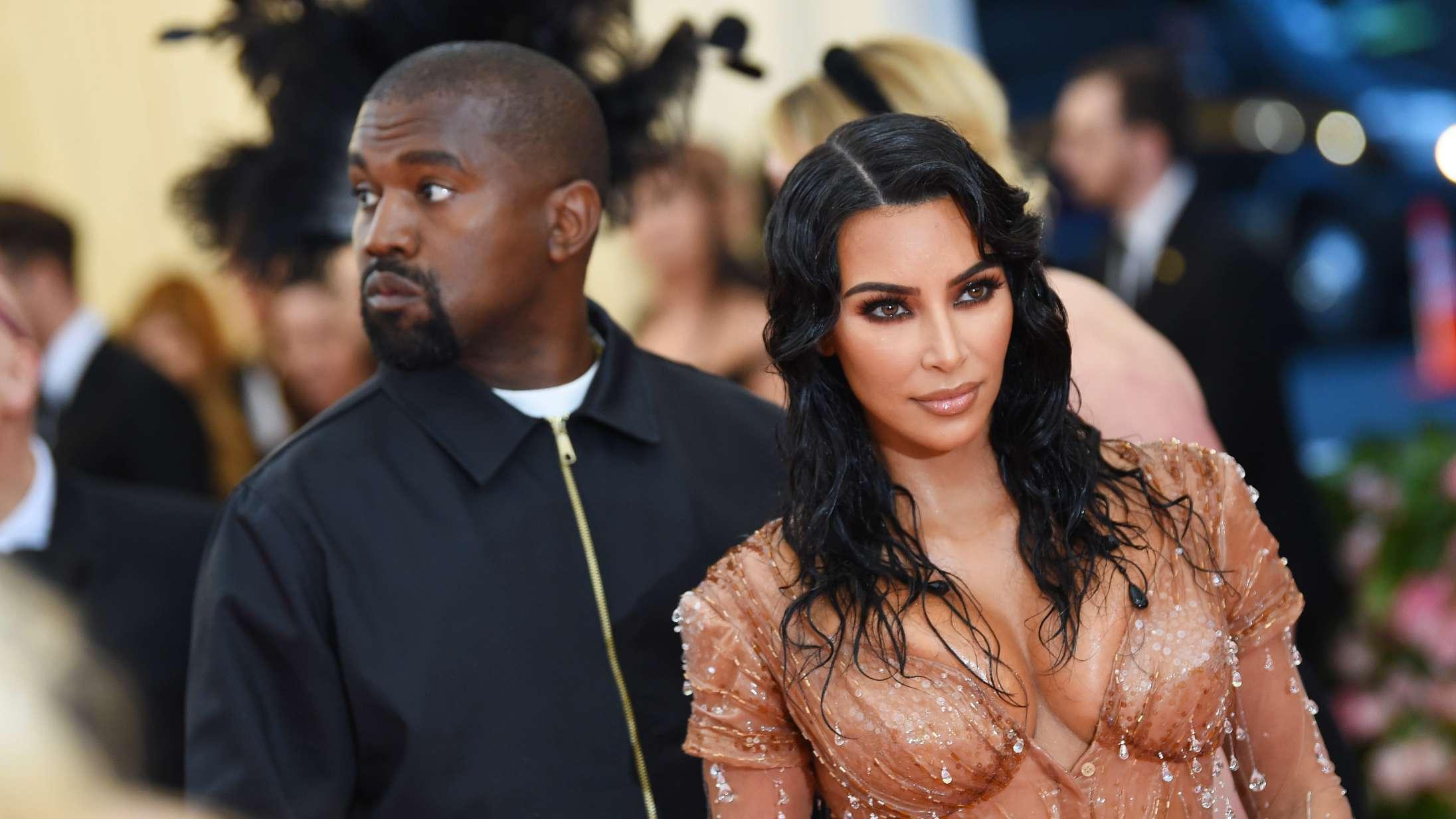 Endnu et Kardashian-meme er født: Kanye West fejrer Kim med bizart hologram af afdød far