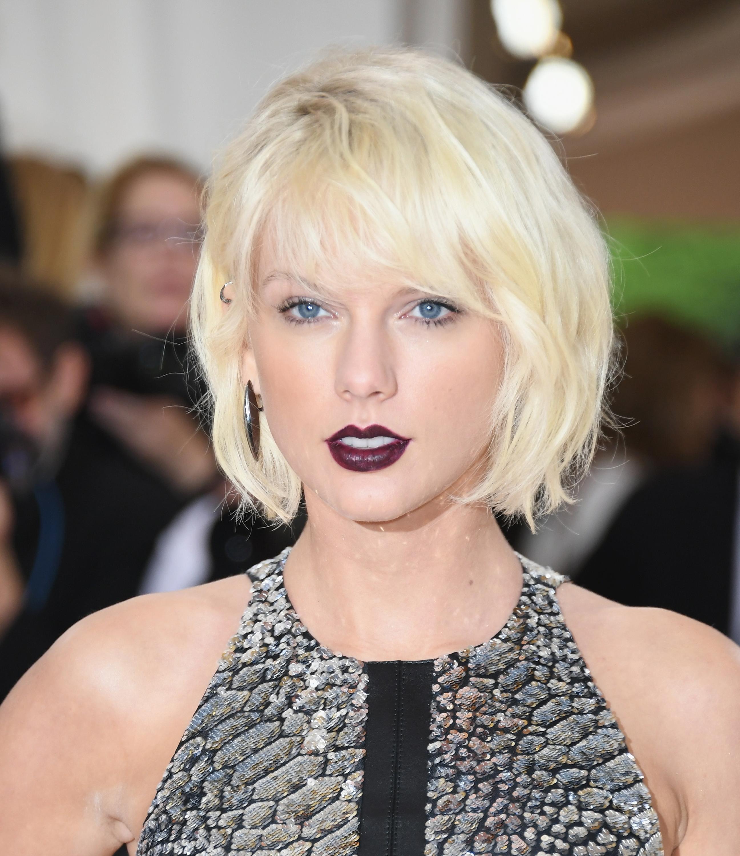 8. Sangen 'Gorgeous' fra 2017-albummet 'Reputation' indeholder tekstlinjen »I've got a boyfriend, he's older than us«, som mange teorier peger på henviser til Swifts 2016-kærlighedsinteresse, der var ni år ældre end hende selv. Hvem var denne modne mand?