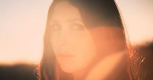 Fra metal til folk: Chelsea Wolfes gotiske univers har pludselig fået guitaren i fokus