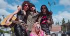Charli XCX har samlet et 'badass' band og lavet en Netflix-serie om det – se traileren