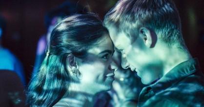 Disse serier skal du streame i december – gymnasiefest på DR3 og stortanlagt fantasy på Netflix