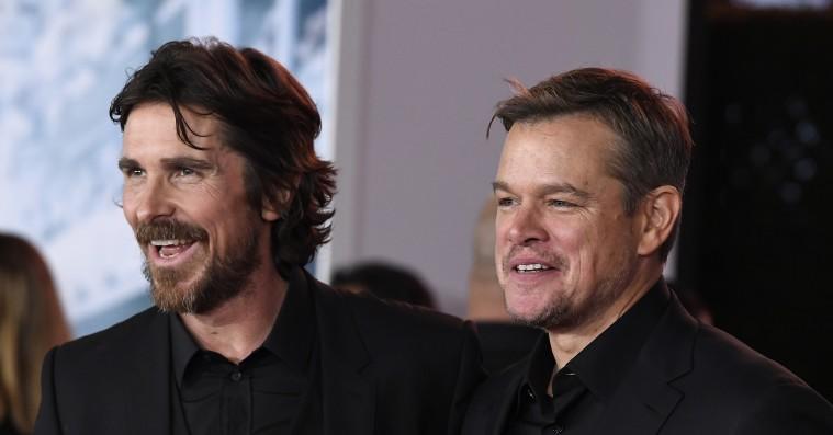 Christian Bale og Matt Damon er i hopla, da vi møder dem i Paris – men pludselig eksploderer vulkanen