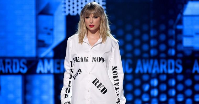 Taylor Swift sender stikpille til Scooter Braun under hitmedley til American Music Awards