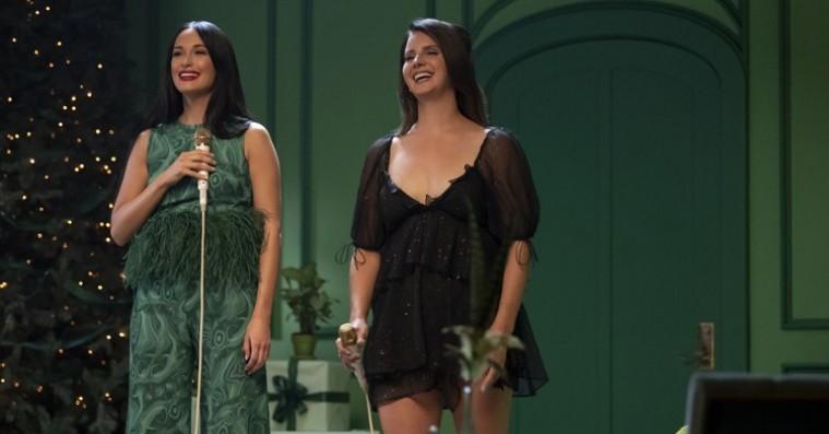 Kom i julestemning med Kacey Musgraves' nye  julealbum – Lana Del Rey og Troye Sivan gæster