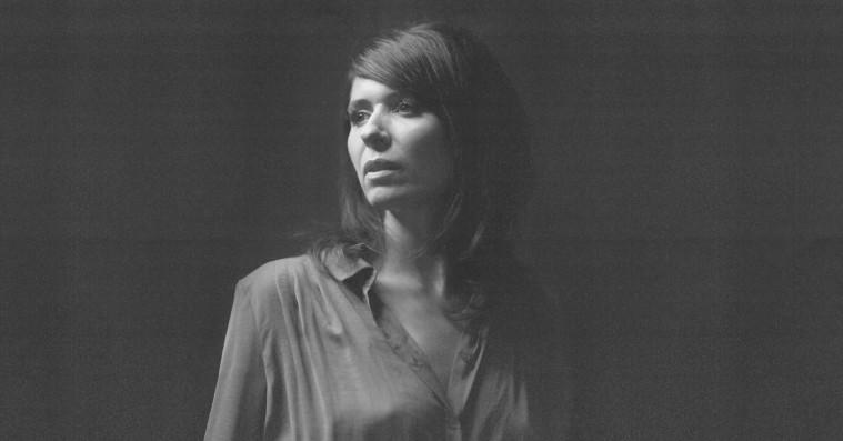 'I nat blir vi gamle': Kira Skovs første album på dansk er en kunstnerisk forløsning