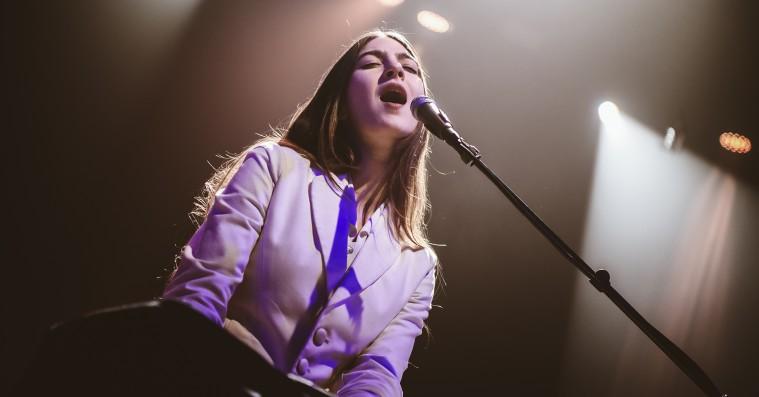 Weyes Blood i DR Koncerthuset: Én enormt smuk sang fortjener næsten en hel anmeldelse for sig