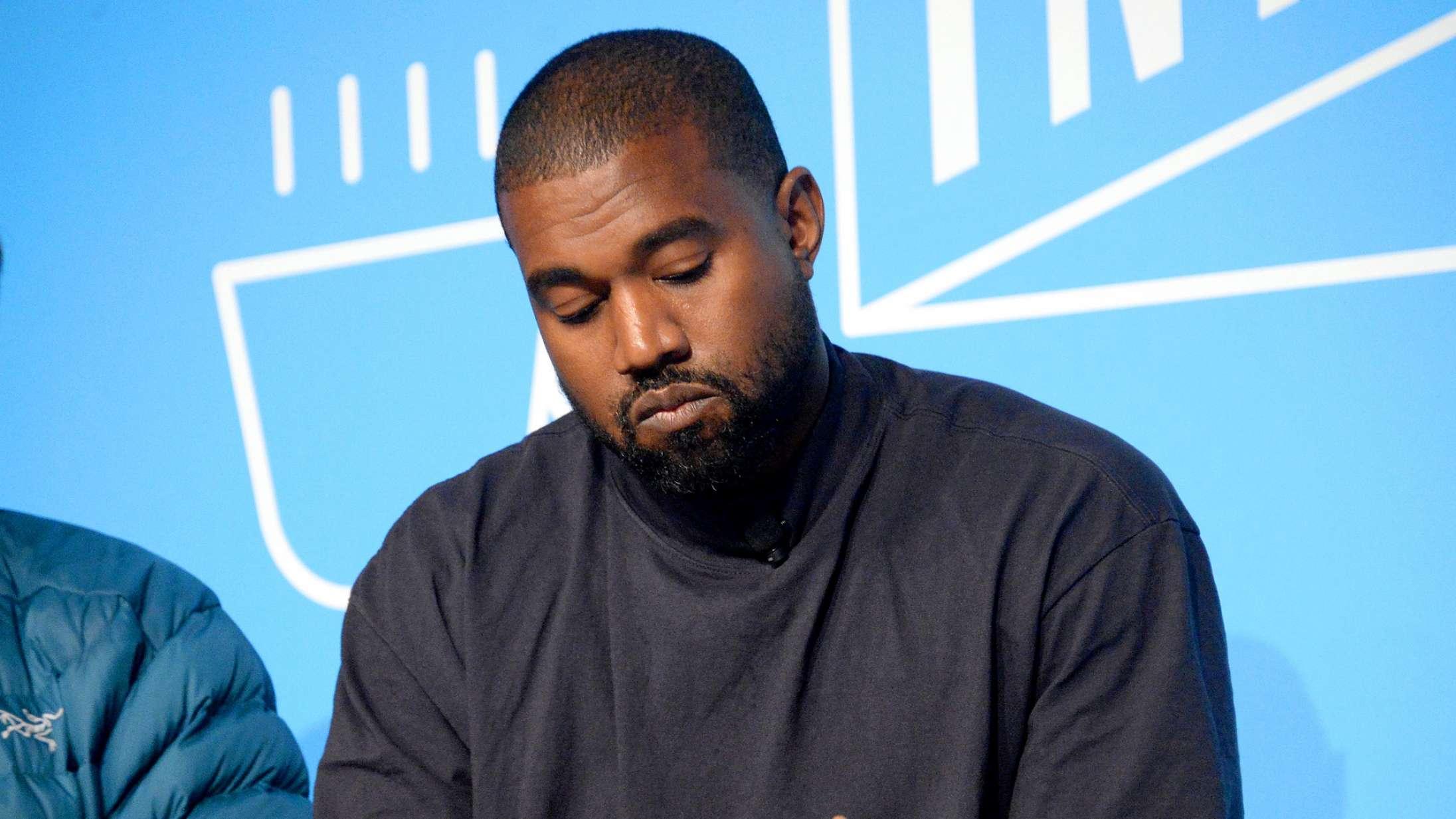 Kanye West er flyttet ind i Atlanta-stadion for at færdiggøre album – viser ydmyg hybel frem på Instagram