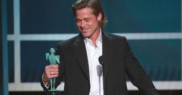 Brad Pitt joker om Tinder og forholdet til Angelina Jolie i herlig takketale