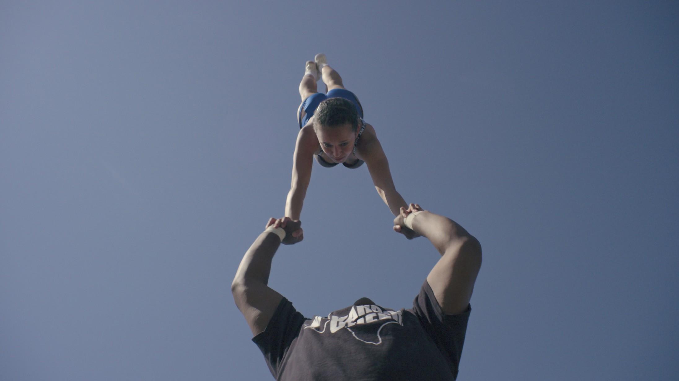 'Cheer': Cheerleading er neglebidende spændende i ny Netflix-serie – men hvor er den kritiske vinkel?