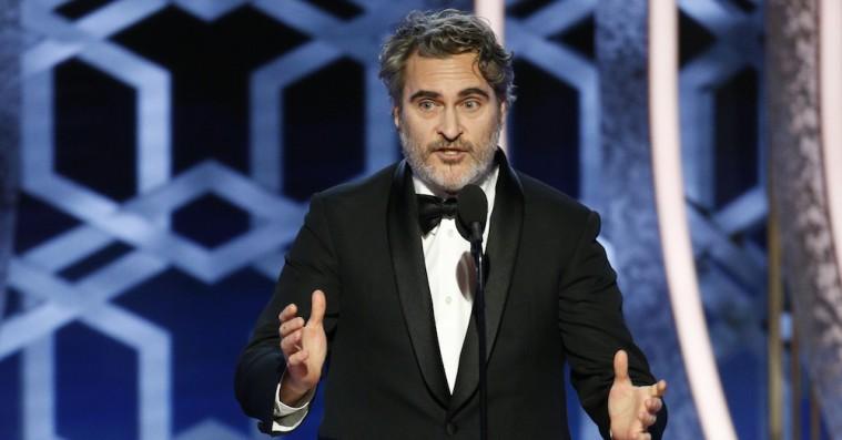 Joaquin Phoenix revser sine kolleger for privatflyshykleri under Golden Globe-tale