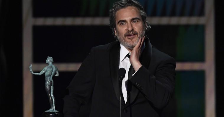 Joaquin Phoenix hylder Heath Ledger og sine konkurrenter under pristale ved nattens SAG Awards