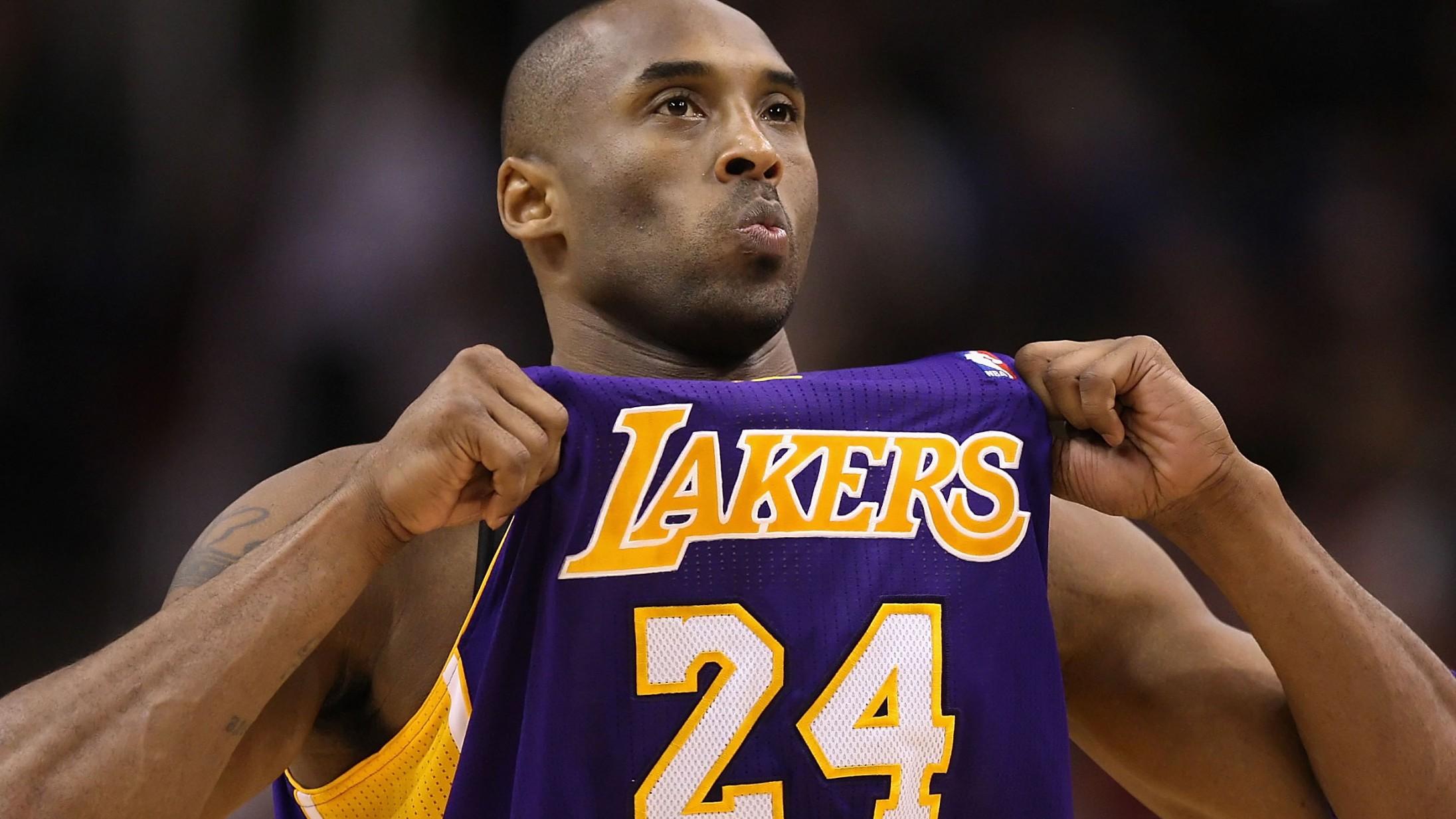 Må man tjene penge på Kobe Bryants tragiske død? Nike og genbrugs-sites reagerer på dilemmaet