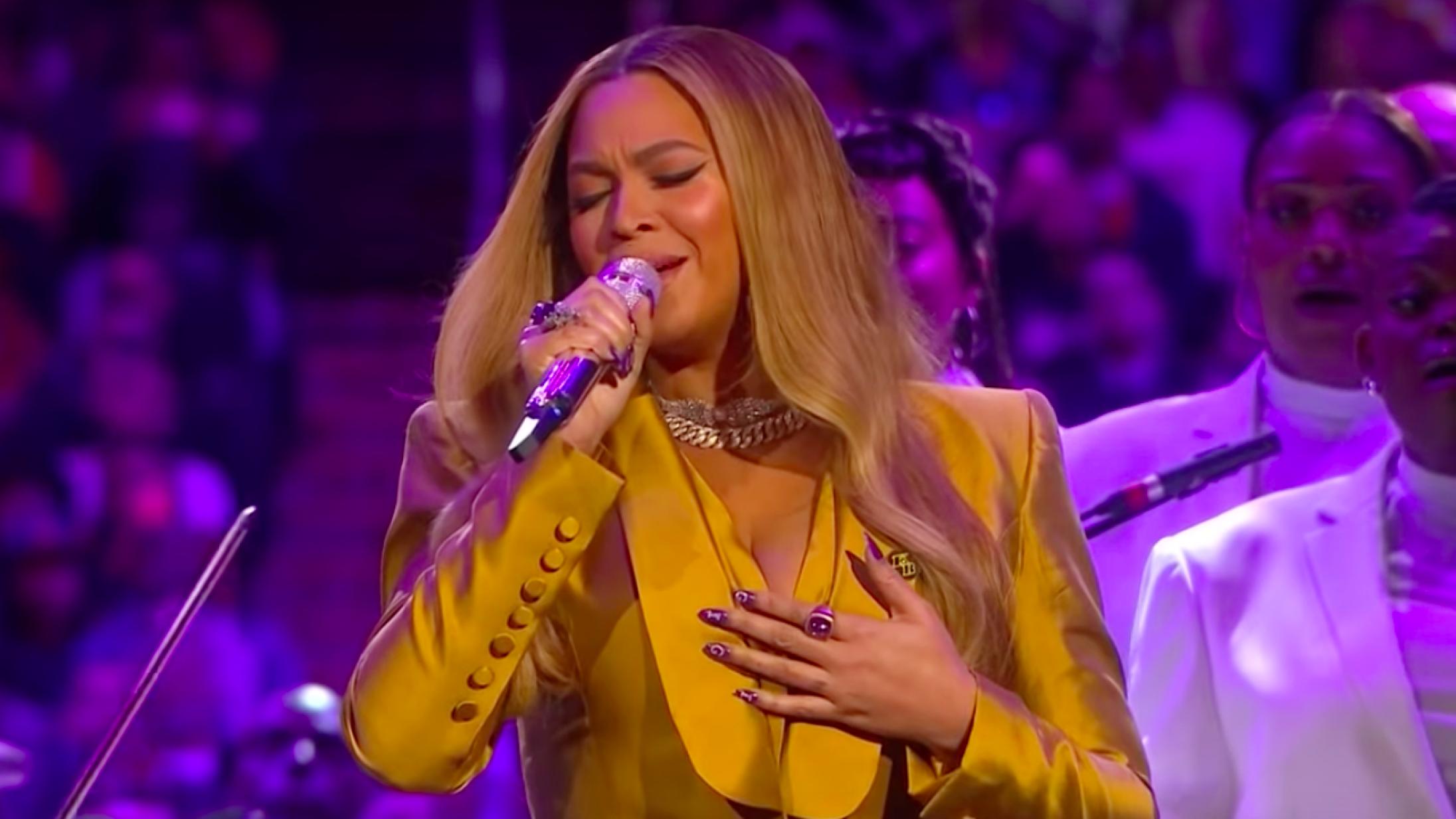 Se Beyoncé og Ariana Grande synge Disney-klassikere fra hjemmet