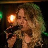 Et godt bud på en ny dansk popstjerne: Dophas ubesværede vokal bar hende gennem Ideal Bar-koncert