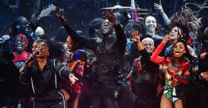 Se Stormzys storslåede show til Brit Awards – med gospelkor, grimefest og gæster i silende regn