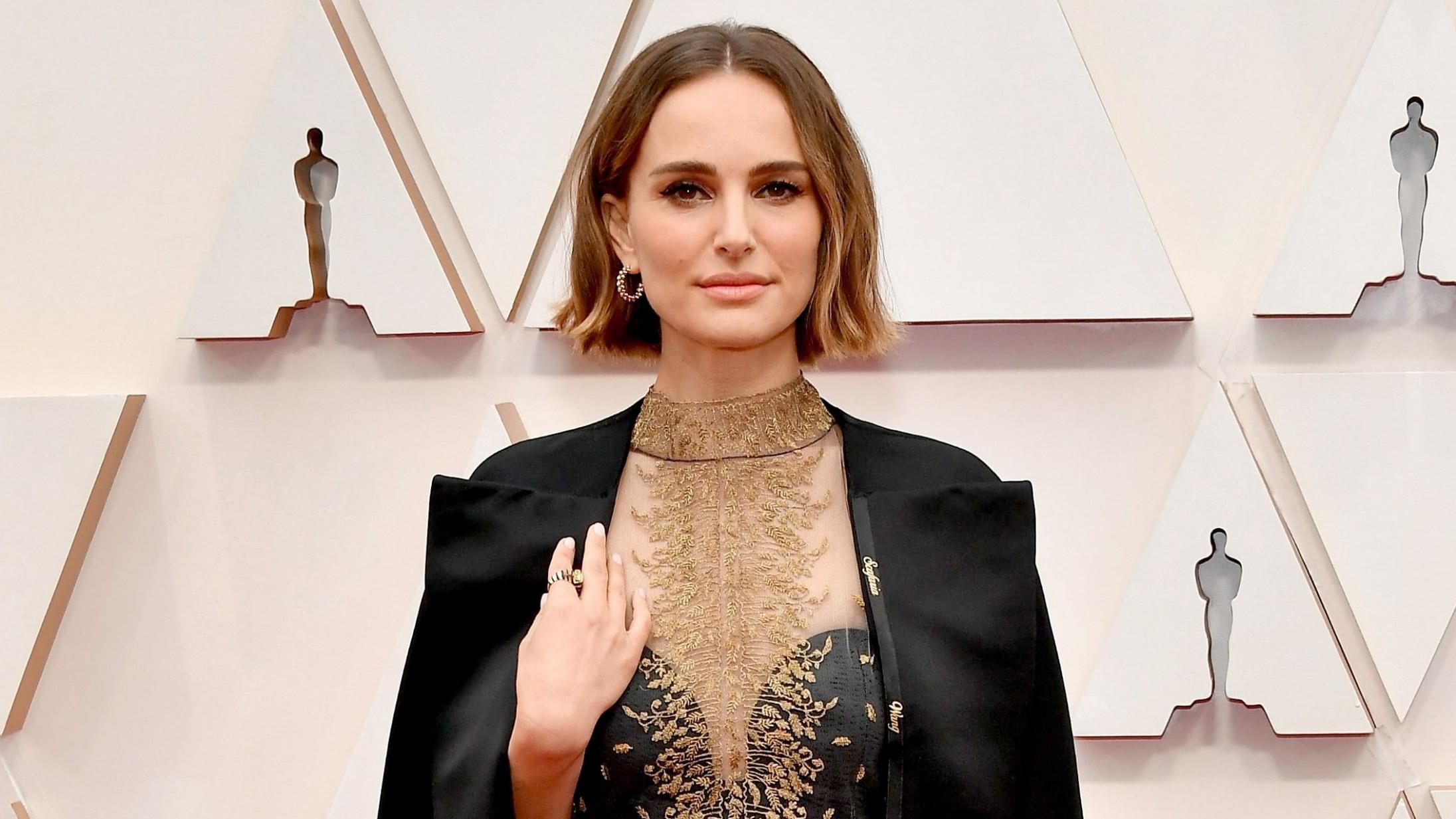 Natalie Portman afslører meningen bag sin dramatiske kappe på den røde løber