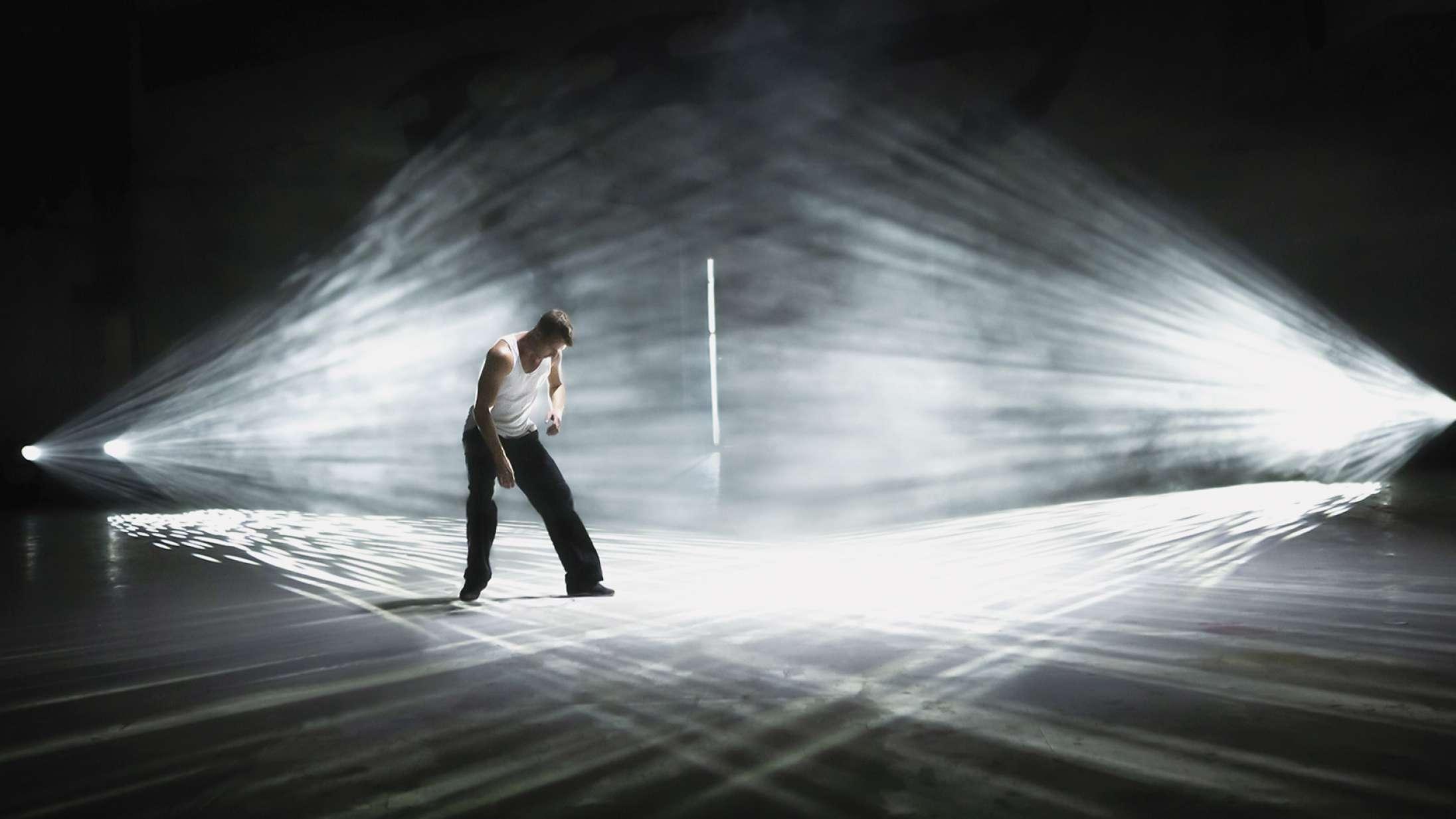 'Show Dancer': Neonlys møder barsk virkelighed i betagende film om en dansende misbruger
