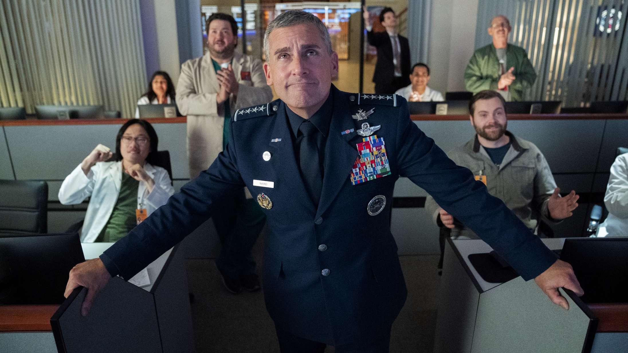 'Space Force': Steve Carells stjerneproduktion på Netflix lander ambivalent mellem politisk satire og patriotisme
