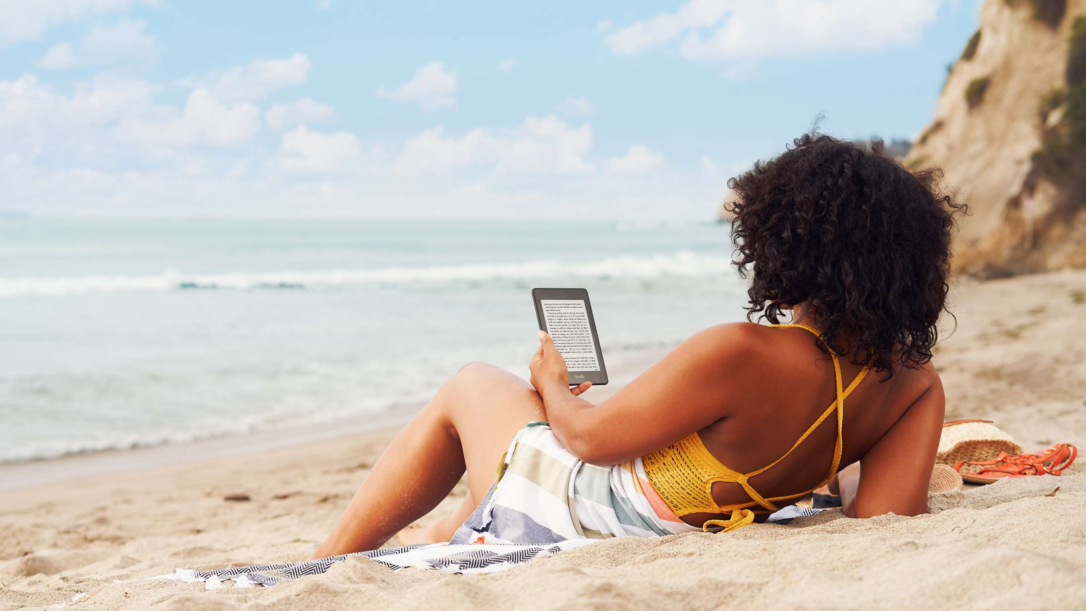 Stik afsted på sommerferie med et helt bibliotek i tasken: Techeksperterne guider til de bedste e-readers