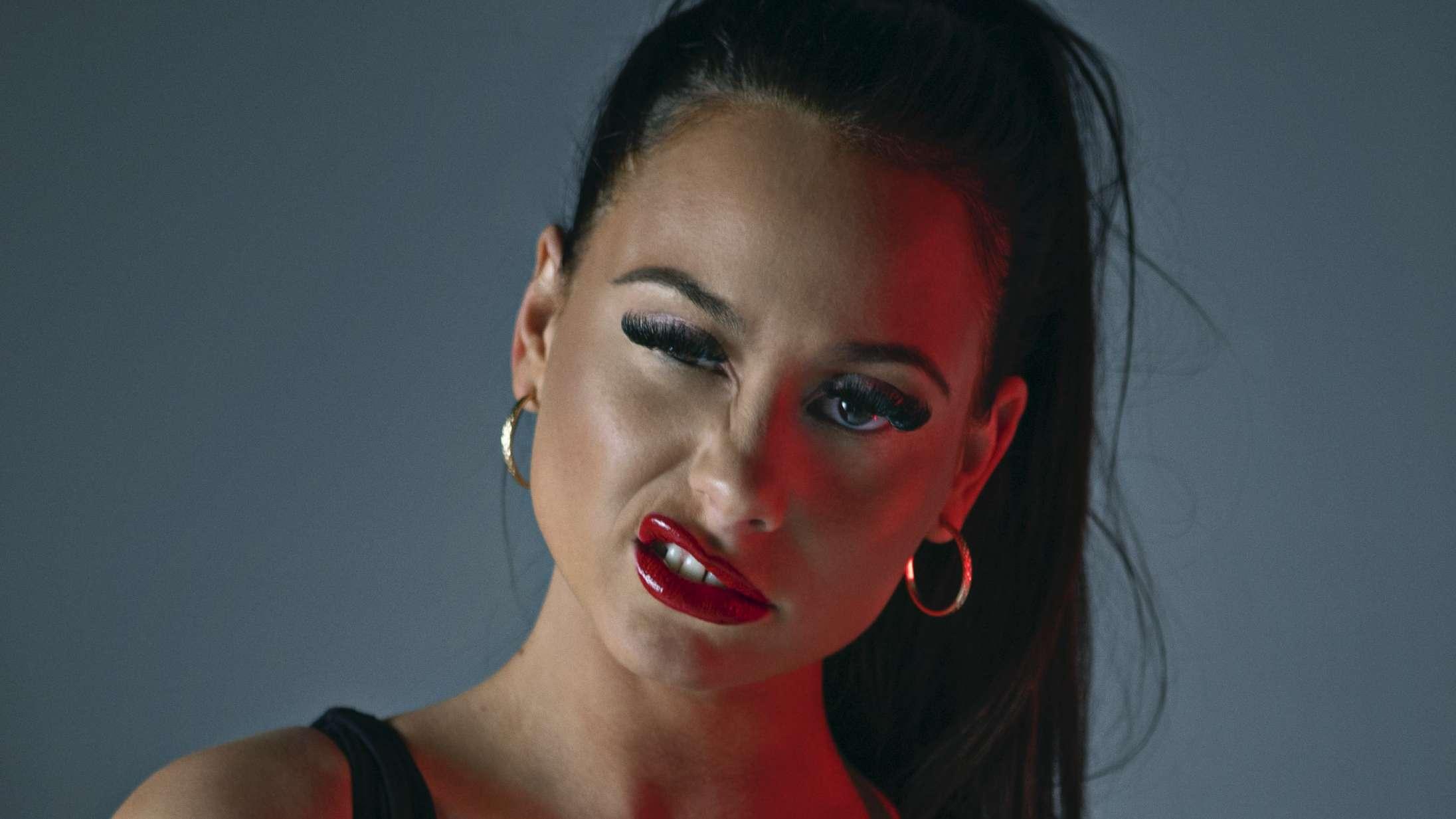 Kan du høre hvilken kendt dansk komiker, der laver introen på Tessas nye single?