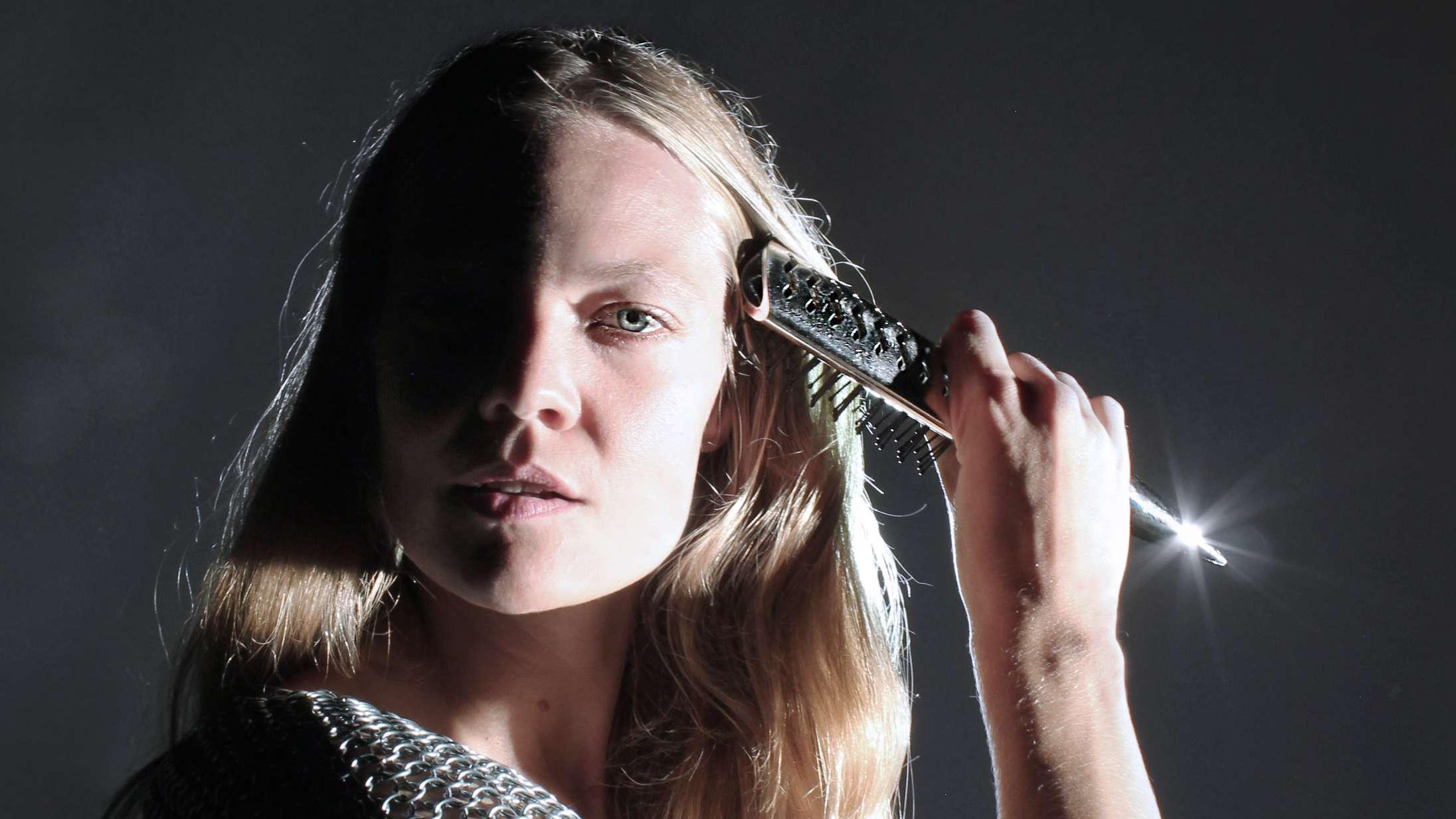 ML Buchs kompromisløse debutalbum er hypnotiserende og stærkt betagende