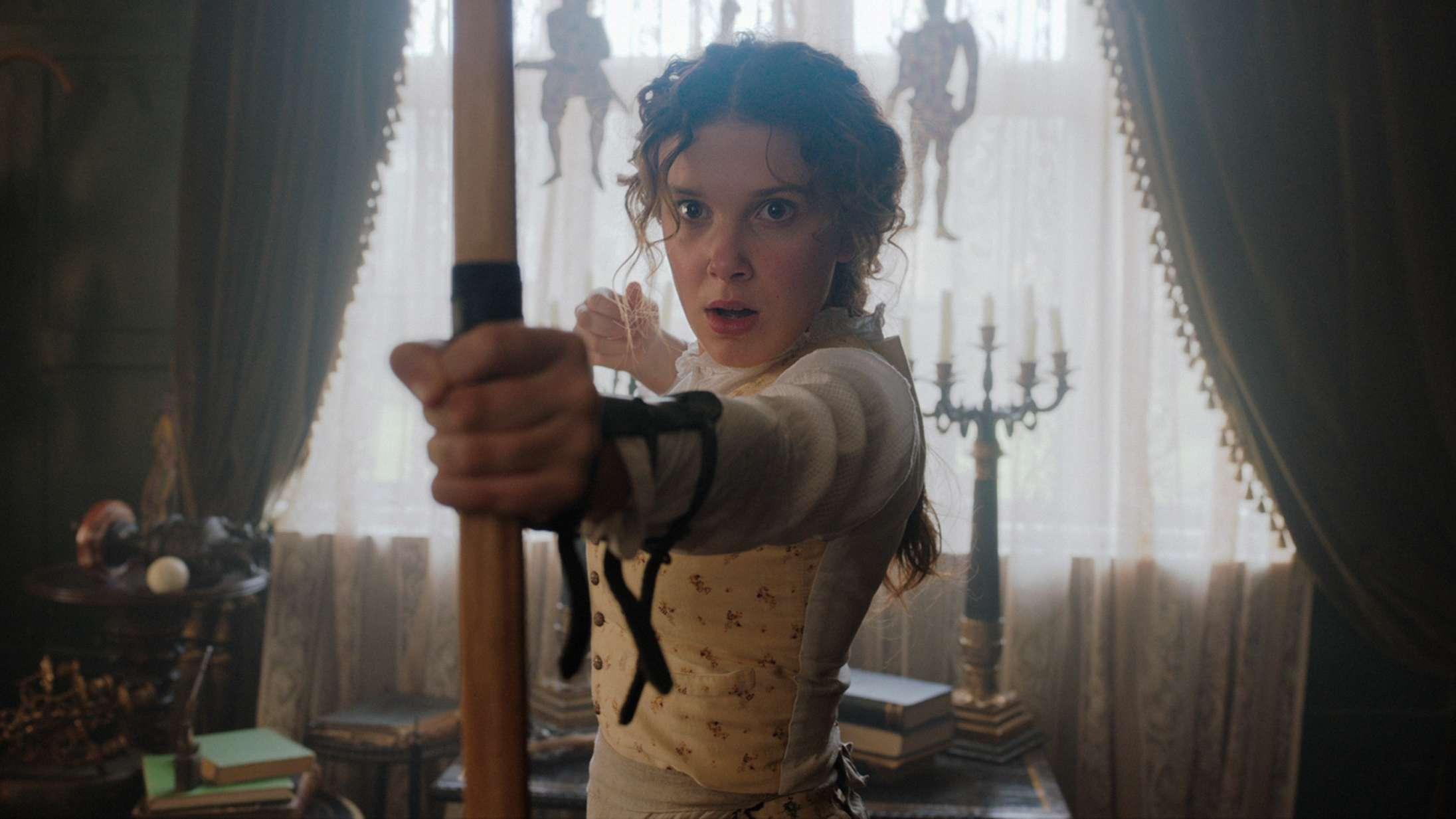 'Enola Holmes': Millie Bobby Brown trykker speederen hårdt i bund som Sherlocks søster i ny Netflix-film
