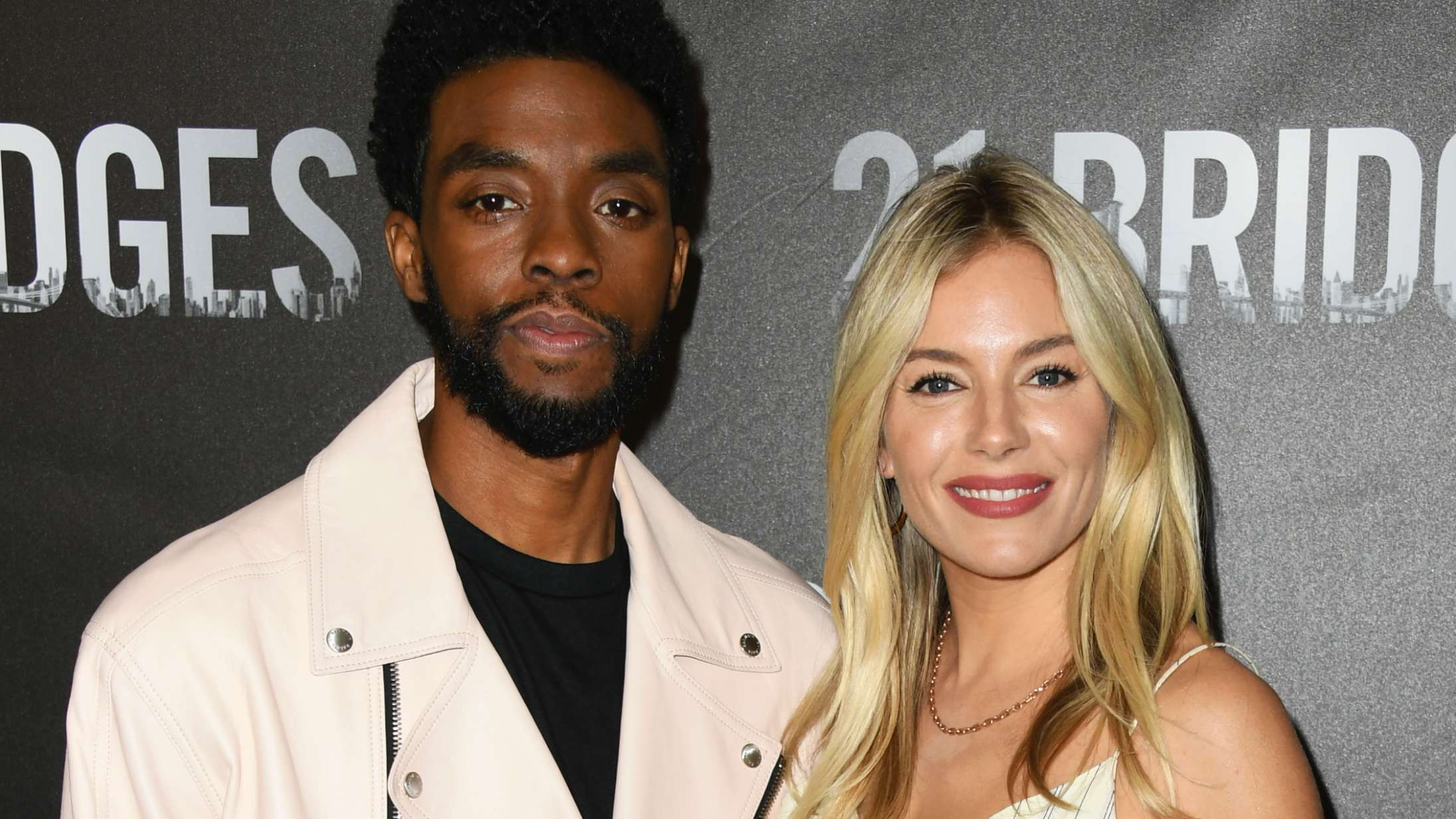 Chadwick Boseman sikrede kollega Sienna Miller ligeløn – med penge fra egen lomme