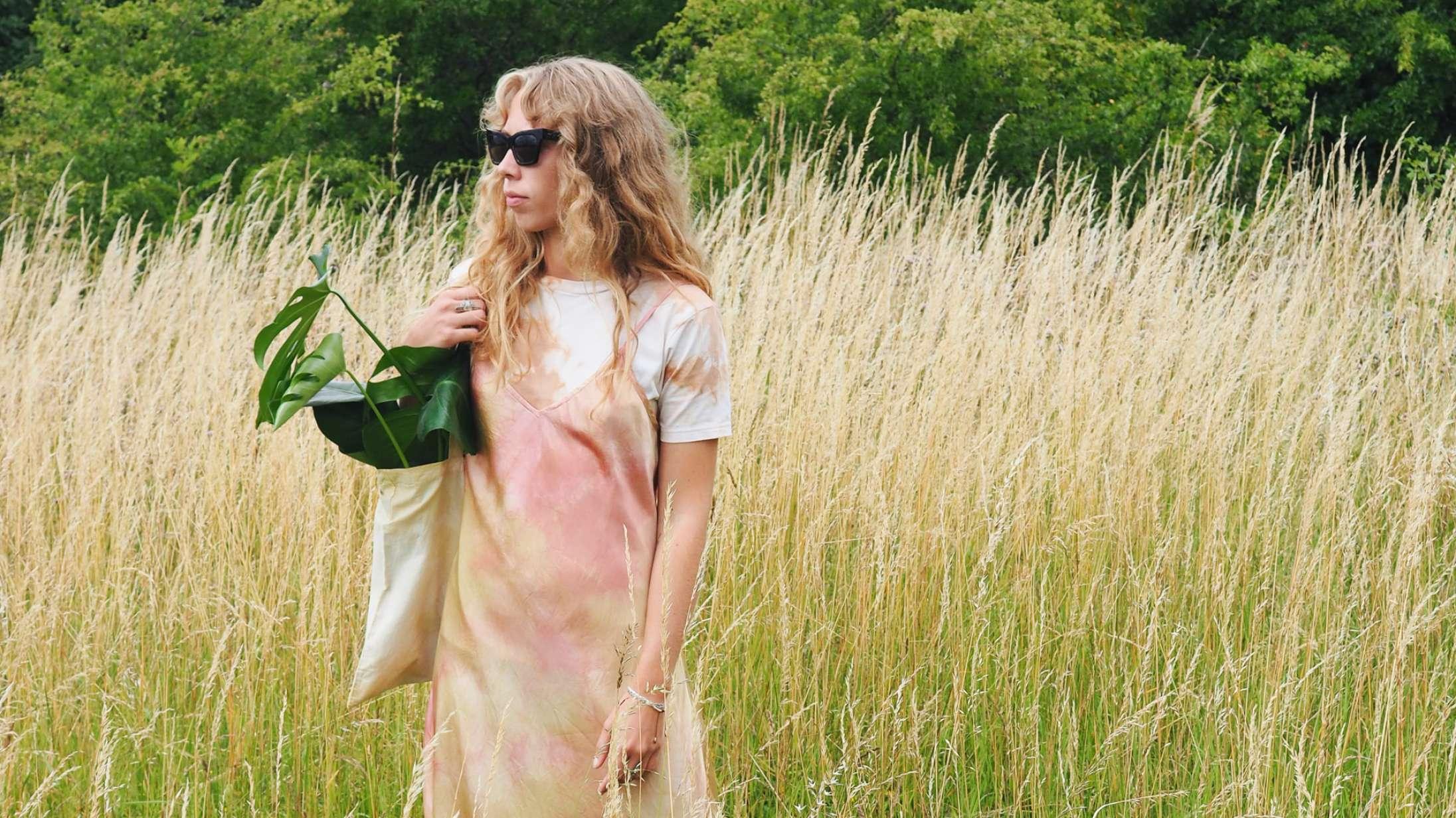 Freja Løwe farver tøj med planter og køkkenaffald: »Det er lidt som at male et billede«