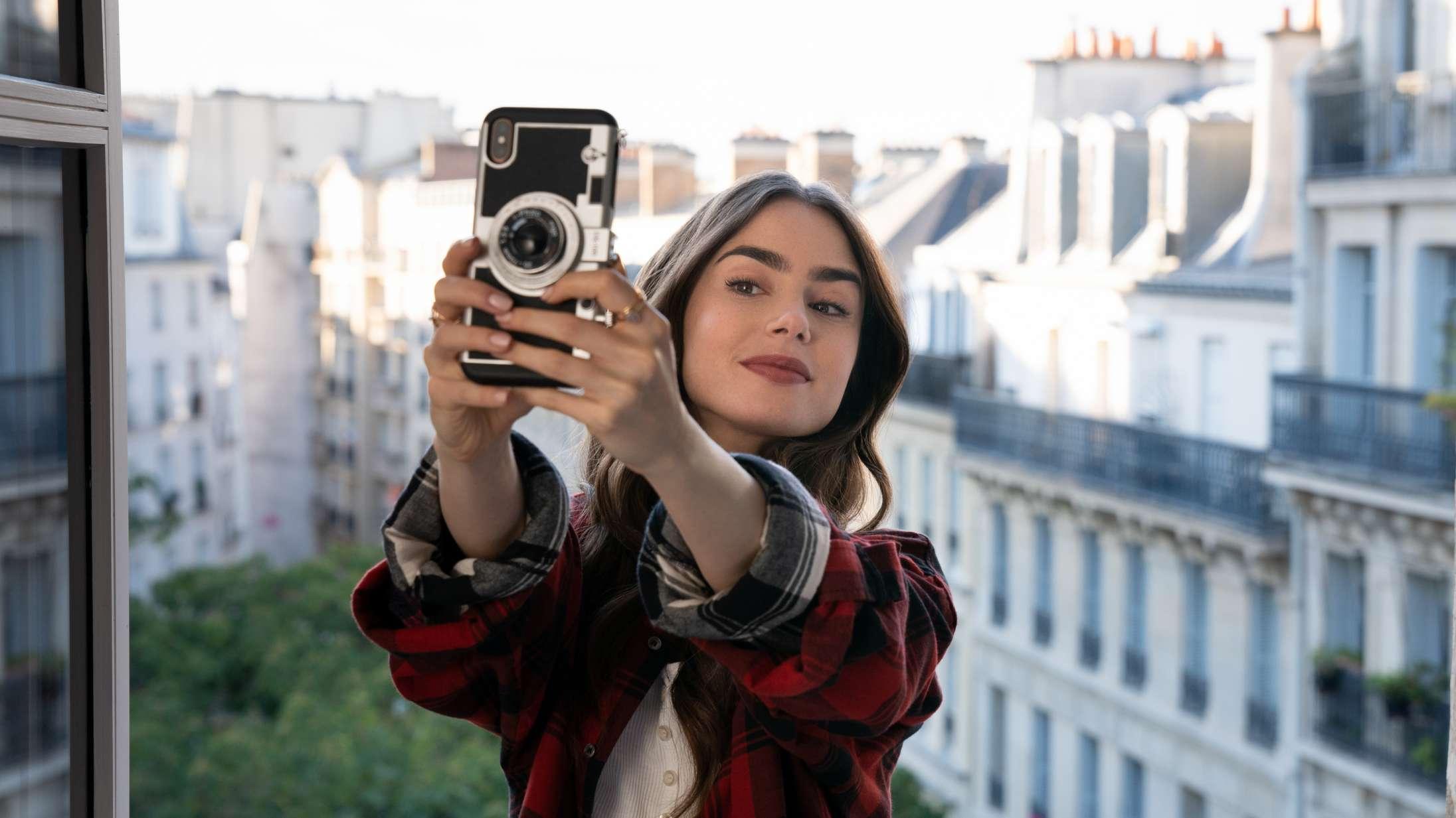 'Emily in Paris': 'Sex and the City'-skabers Netflix-serie er øjenrullende spild af tid