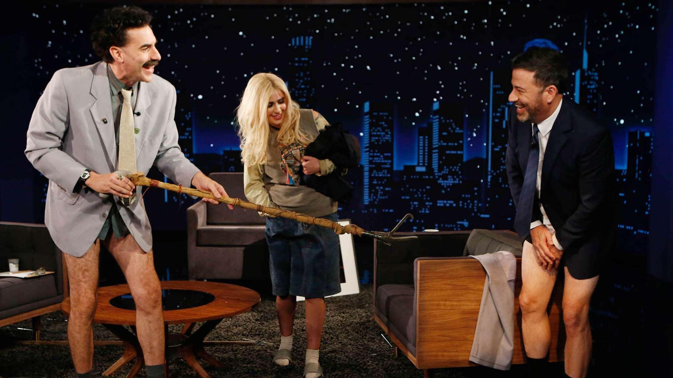 Borat giver Jimmy Kimmel et kaotisk corona-tjek i 'Jimmy Kimmel Live'