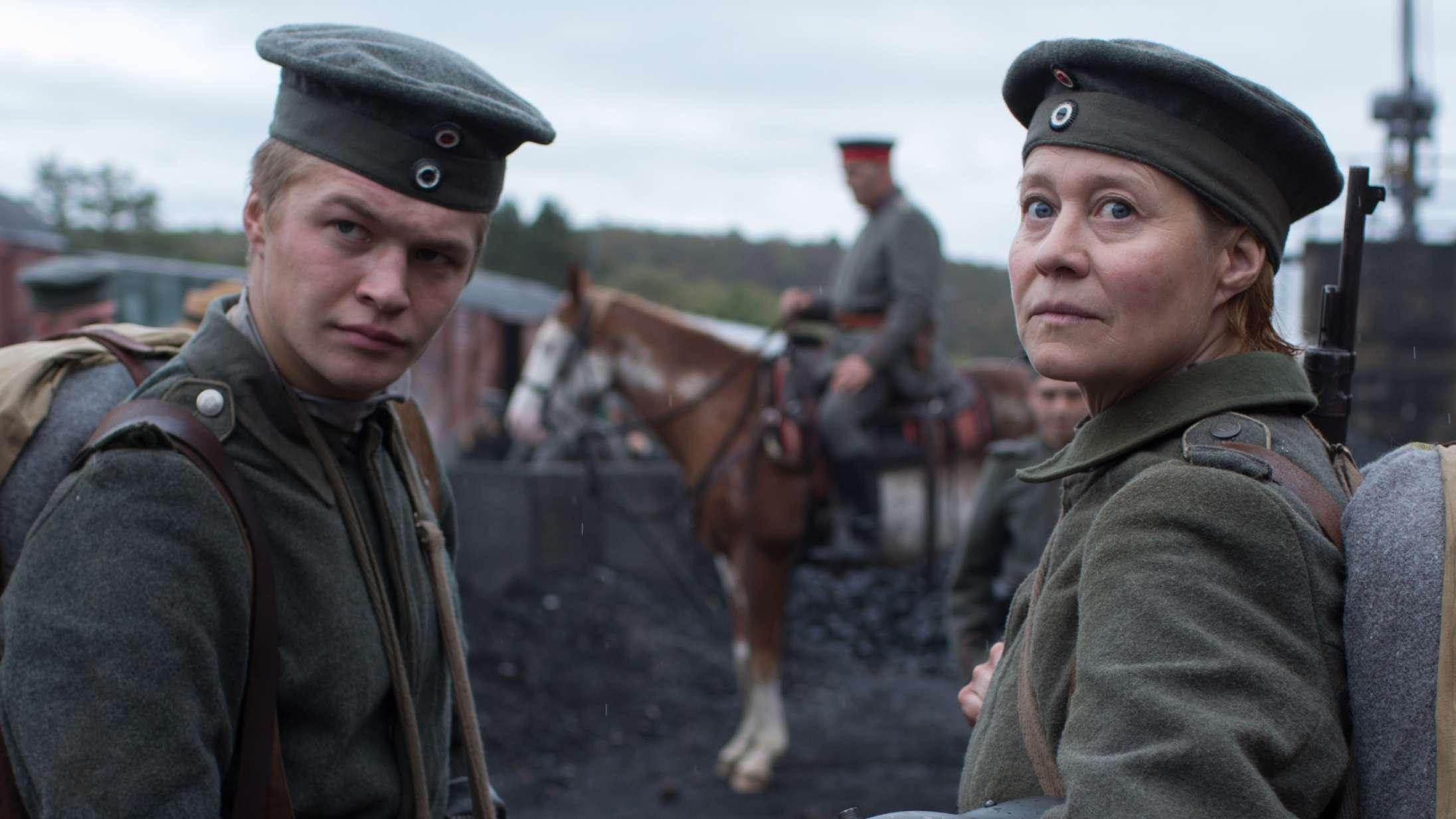 'Erna i krig': Forfriskende krigsfilm med Trine Dyrholm forklædt som mand