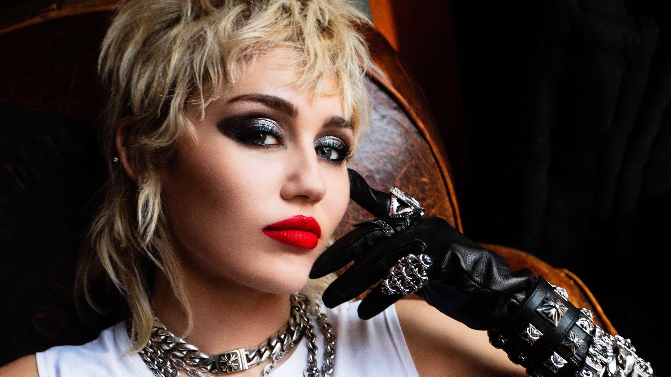 Miley Cyrus krænger sjælen ud i cover af Metallica-klassiker (med hjælp fra meget kendte gæster)