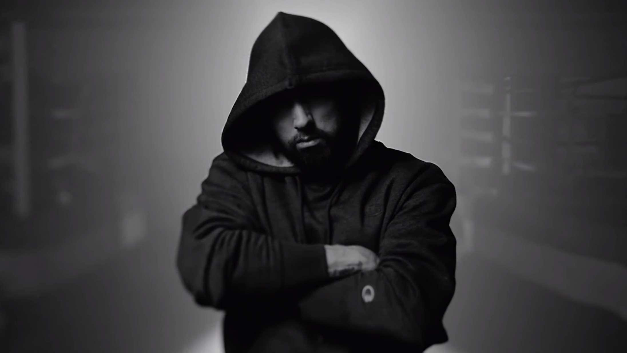 Se Eminem træde ind i bokseringen i musikvideoen til 'Higher'