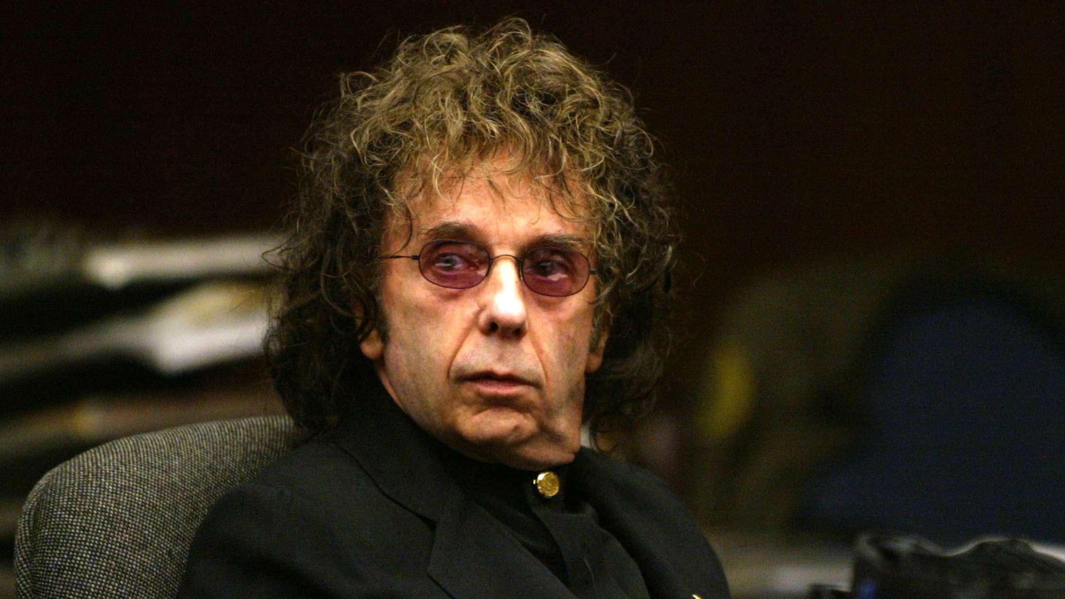 Den drabsdømte stjerneproducer Phil Spector er død