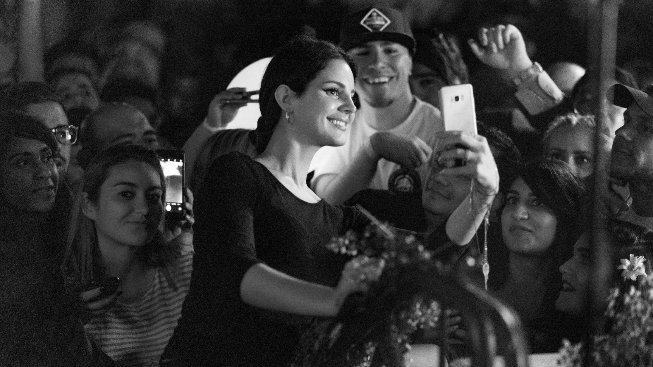 »So… Fuck off«: Hvordan gik Lana Del Rey fra hyldet sandsigerske til fuld Instagram-kamikaze?