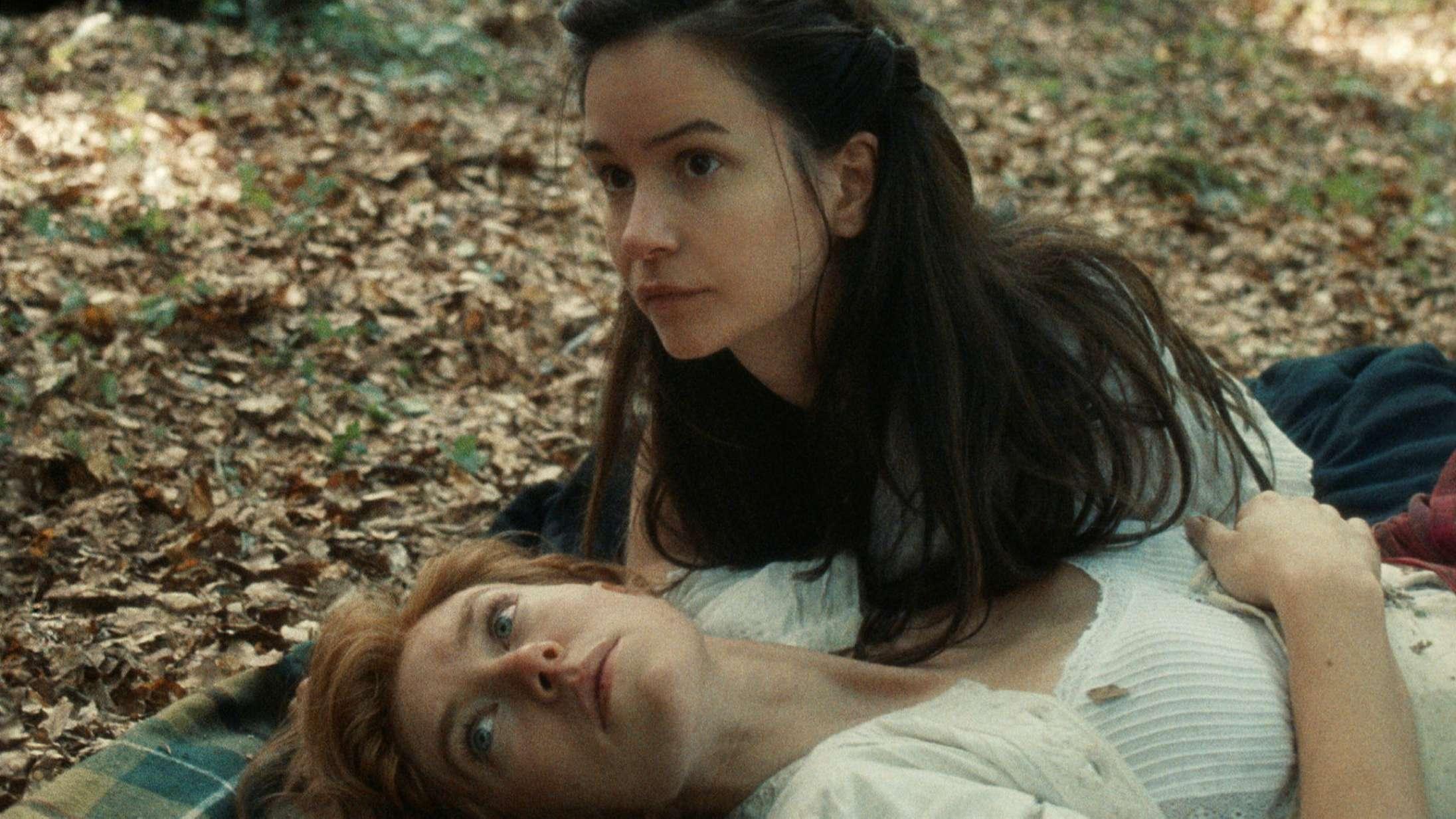 Se Vanessa Kirby og Katherine Waterston forelske sig i traileren til det storroste kærlighedsdrama 'The World to Come'