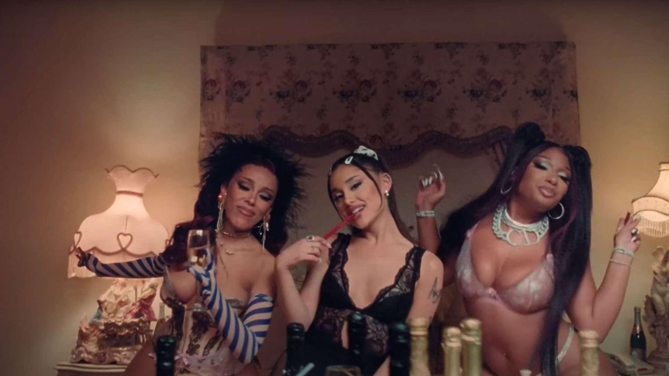 Ariana Grande, Megan Thee Stallion og Doja Cat holder ekstravagant sleepover i musikvideoen til '34+35 Remix'