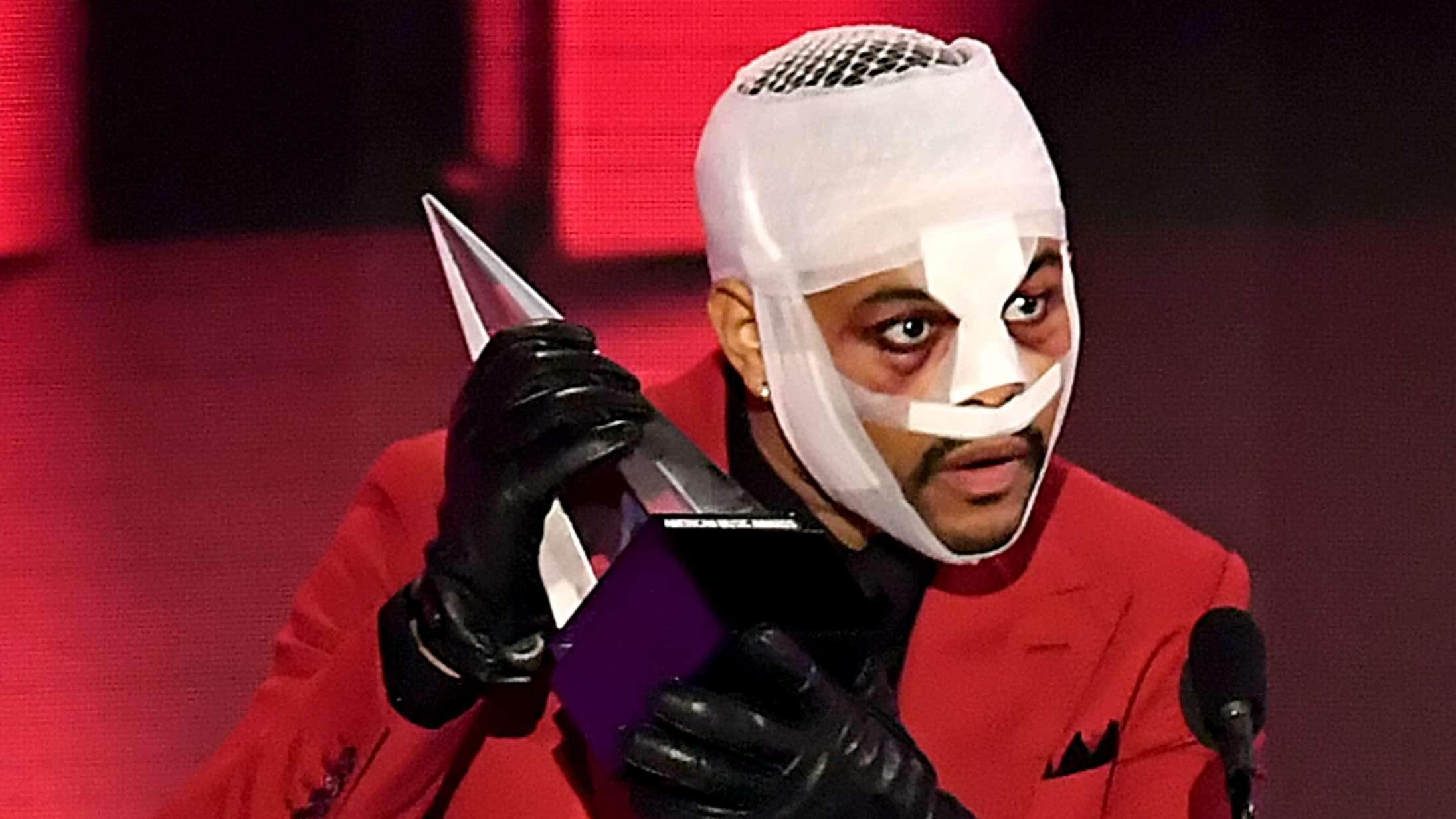 The Weeknd udtaler sig (endelig) om sit bandagerede plastik-ansigt