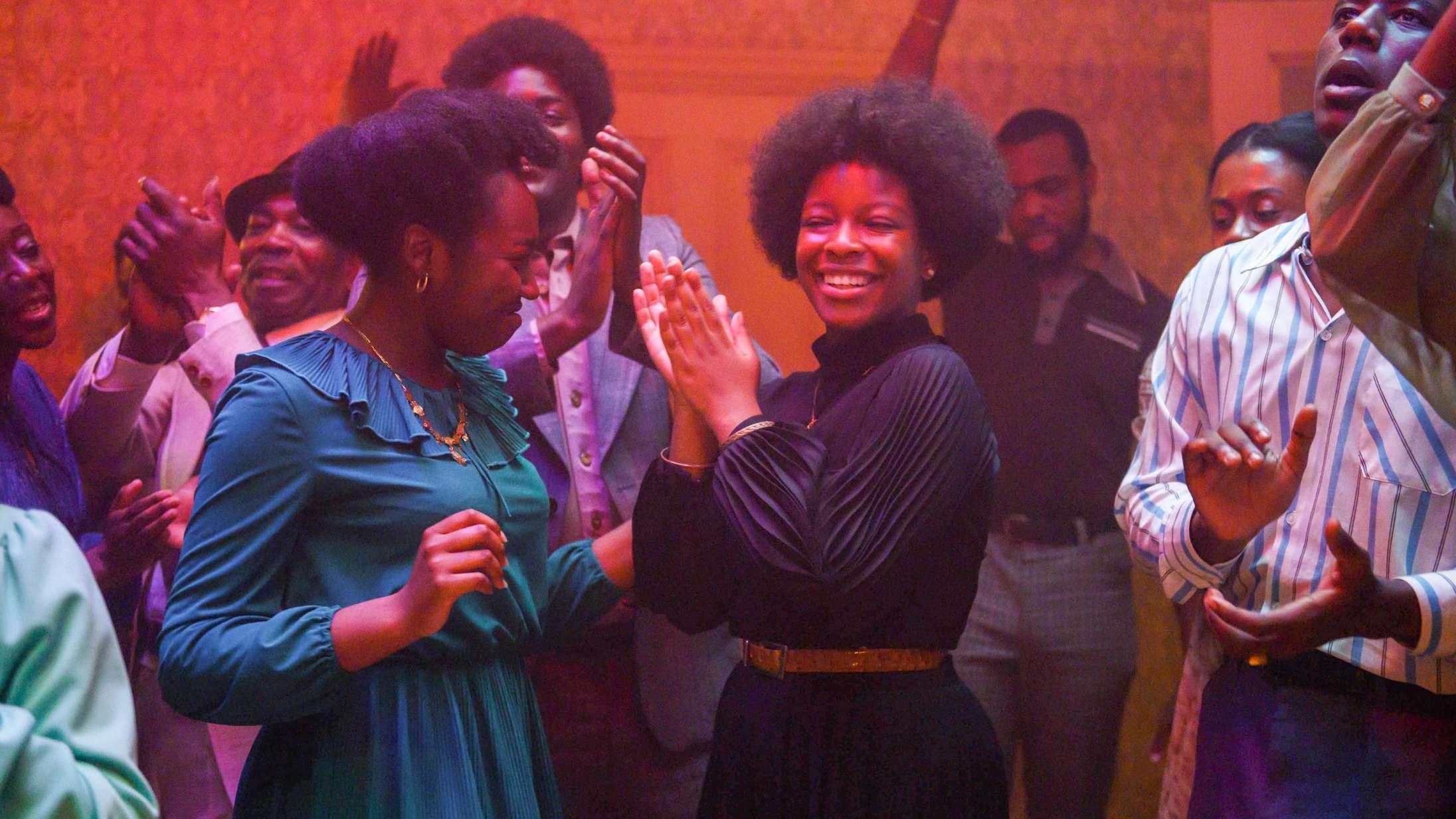 Fællessang skaber et af de smukkeste filmøjeblikke i DR-aktuel serie