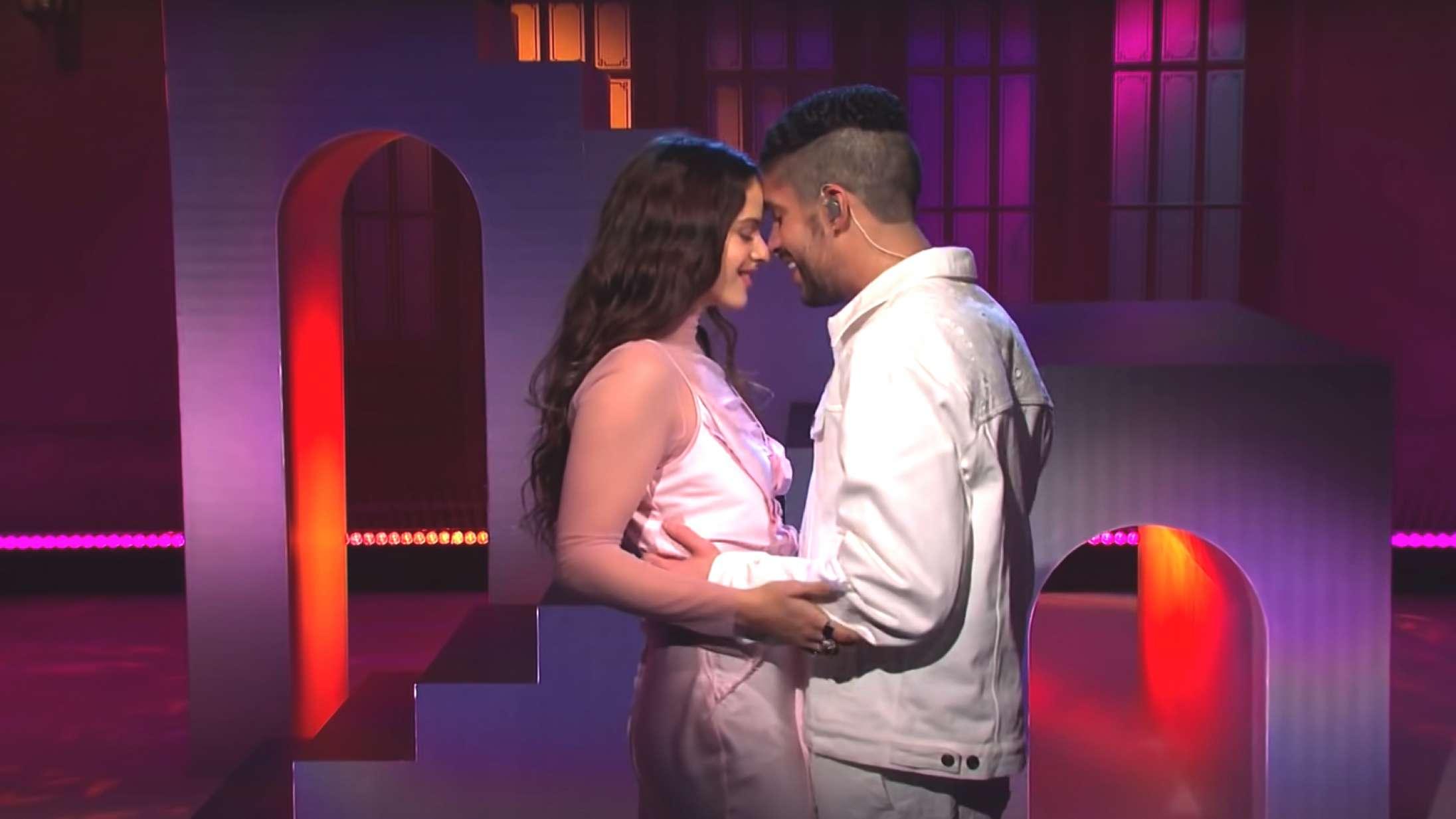 Se Bad Bunny og Rosalía skrue op for romantikken i fælles 'Saturday Night Live'-optræden