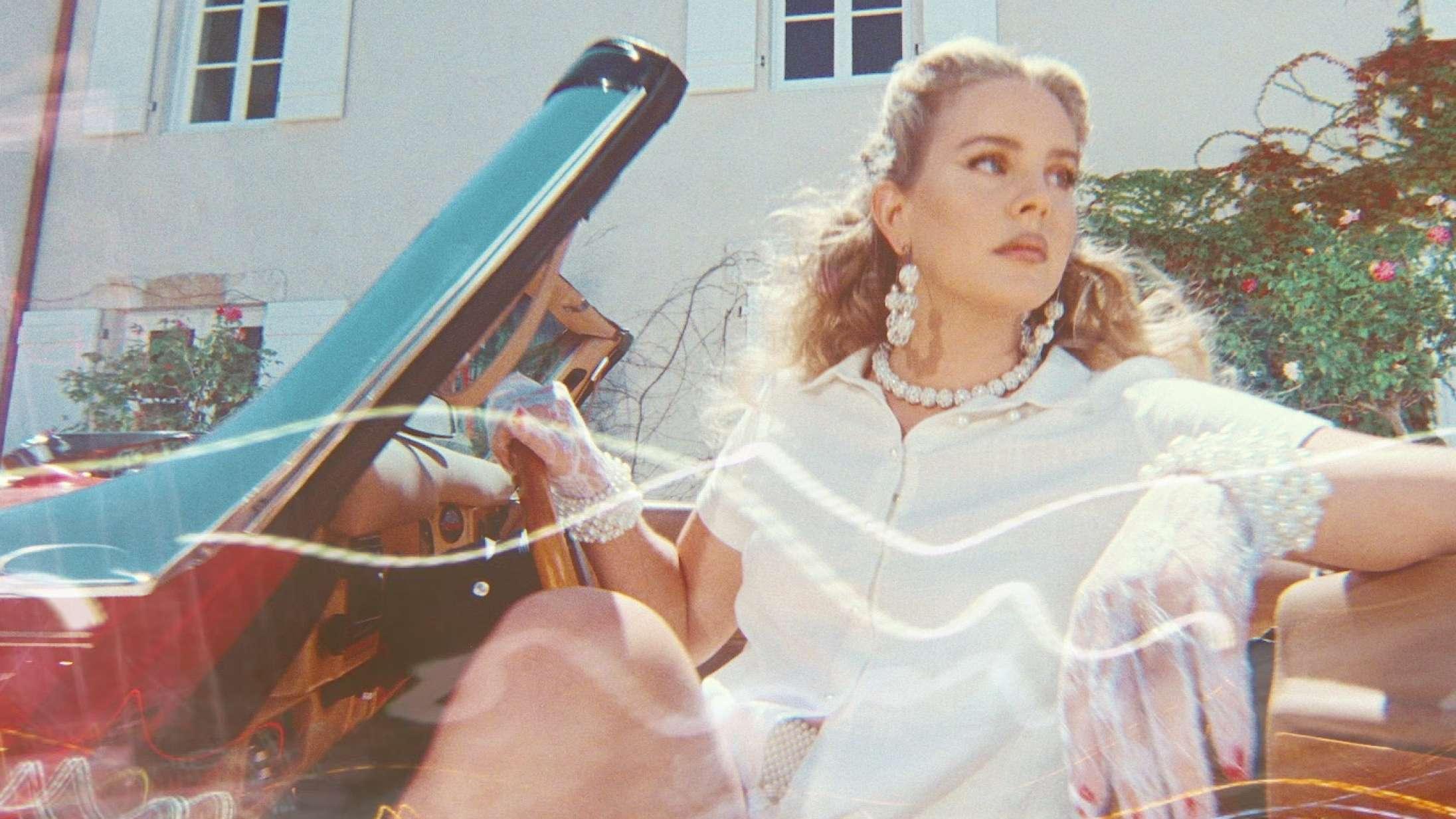 'Chemtrails Over the Country Club': Lana Del Rey vender blikket indad på nyt mesterligt album