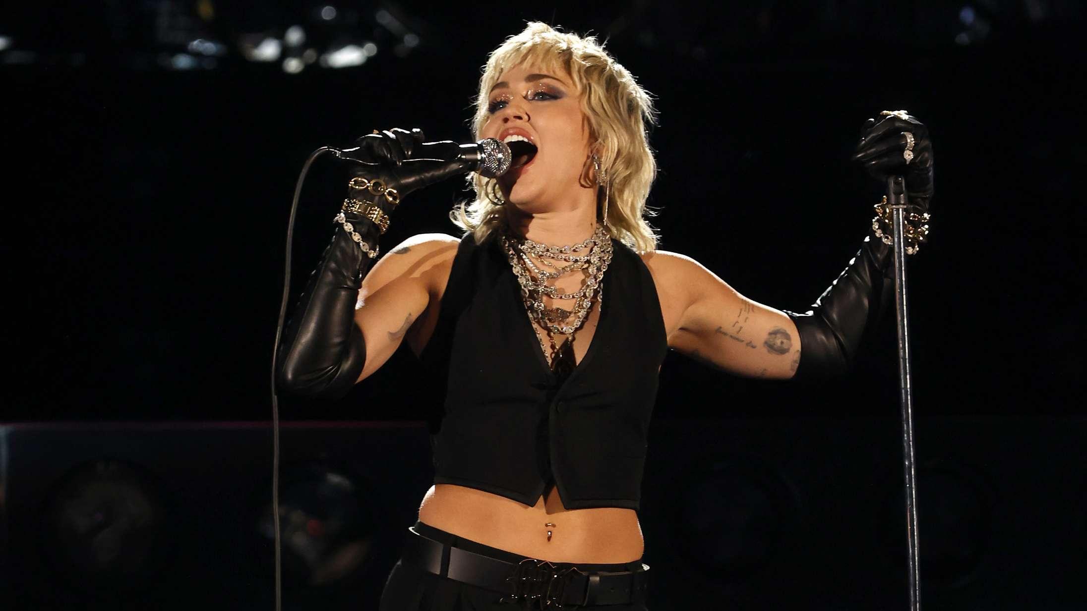 Miley Cyrus synger to Queen-klassikere – og selvfølgelig er det fantastisk