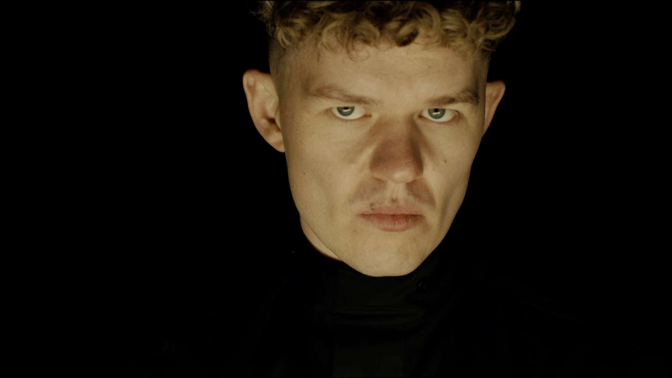 Saveus møder 'Marco Effekten' i den dramatiske musikvideo til titelsangen 'Traitors'